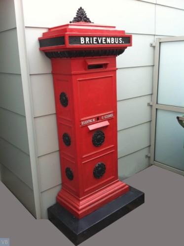 1904. Standaard brievenbus [Leeuwen kijken naar elkaar, rozetten aan zijkant]