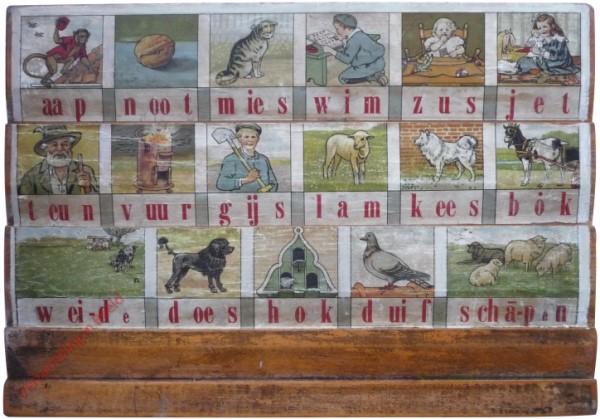 1910-1915. aap noot mies, Hoogeveens verbeterd leesplankje [Bok kijkt naar links; Groningen]