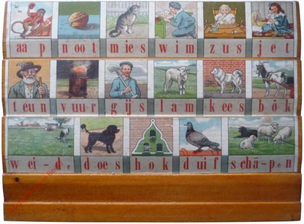 1916-1931. aap noot mies, Hoogeveens verbeterd leesplankje [Bok kijkt naar links; Groningen, Den Haag]