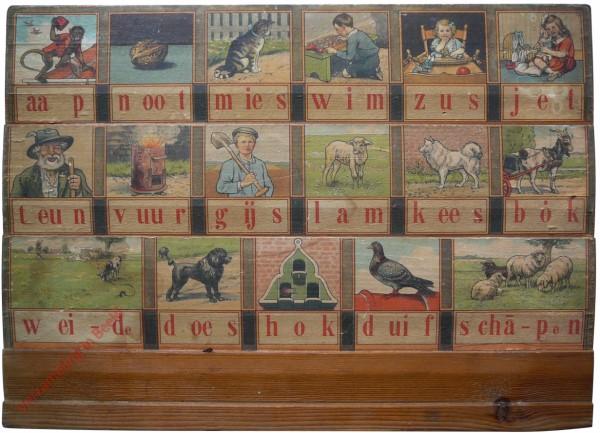 1932-1933. aap noot mies, Hoogeveens verbeterd leesplankje [Bok kijkt naar rechts; Groningen, Den Haag, Batavia]