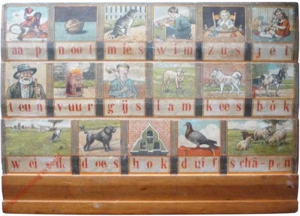 1950-1955. aap noot mies, Hoogeveens verbeterd leesplankje [Bok kijkt naar rechts, houten plank; Groningen, Djakarta]