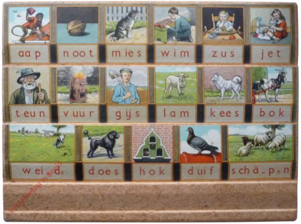 1961-1966. aap noot mies, Hoogeveens leesplankje [Bok kijkt naar rechts, spaanplaat, nieuw lettertype; Groningen]