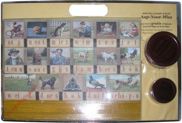 2007. Houten leesplankje aap-noot-mies, met twee gratis originele letterblikjes en lettertjes [Heruitgave]