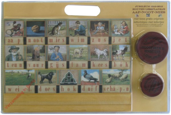 2010. Jubileum 1910-2010, Houten leesplankje aap-noot-mies, met twee gratis originele letterblikjes met lettertjes [Heruitgave]