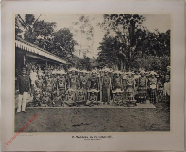 18 - Maleiers in feestkleedij. (Zuid-Sumatra)