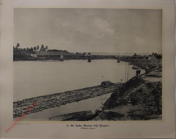 32 - De Solo-rivier bij Tjepoe. (Midden-Java)
