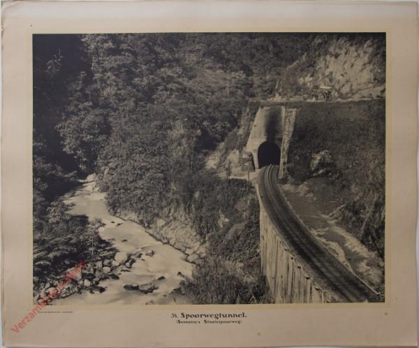 34 - Spoorwegtunnel. (Sumatra's Staatsspoorweg)