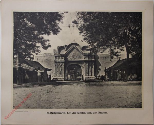54 - Djokjakarta. Een der poorten van den Kraton