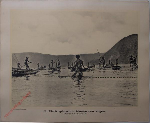 84 - Vischspietsende binnen een zegen. Papoea's. (Nieuw-Guinea)