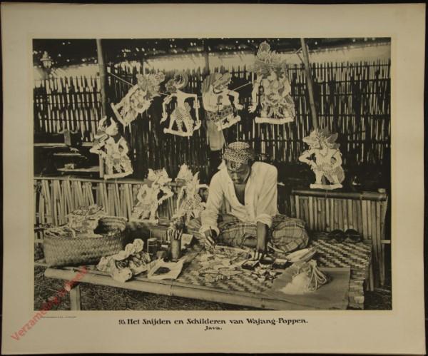 93 - het snijden en schilderen van Wajang-Poppen.