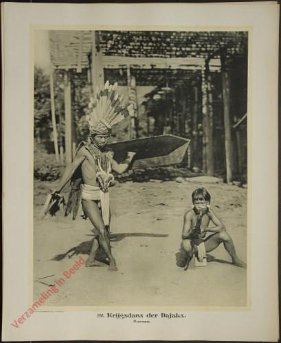 120 - Krijgsdans der Dajaks. (Borneo)
