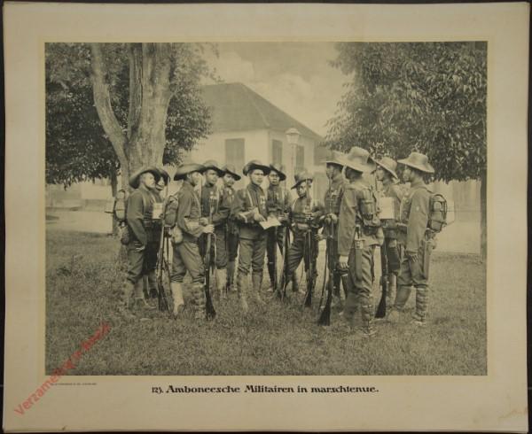 123 - Amboneesche Militairen in marschtenue.