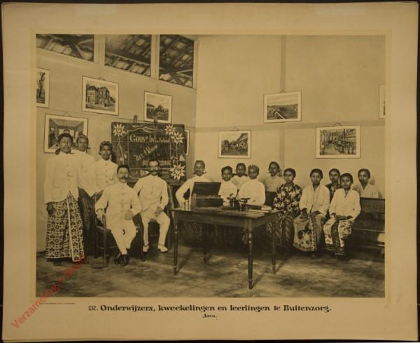 132 - Onderwijzers, kweekelingen en leerlingen te Buitenzorg. (Java)